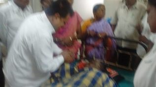 AT MADURAI GENERAL HOSPITAL ENQUIRING HEALTH CONDITIONS OF FORMER MLA A.S.PONNAMMAL (1)